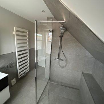Hier eine Lösung für ein kleines Bad mit Dachschräge